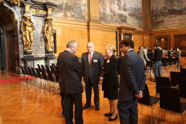 Amburgo, Palazzo Rathaus, 17 settembre. Di Santo, accompagnato da Gianandrea Rossi, accolto da Benita Ferrero-Waldner e Jorge Valdez, rispettivamente Presidente e Direttore della Fondazione UE-LAC.