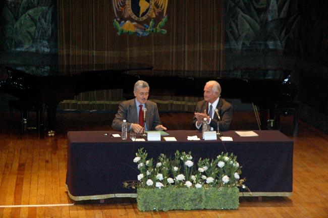 Città del messico, novembre 2008: lectio magistralis di massimo d'alema alla cattedra julio cortazar della unam. l'applauso di carlos fuentes.